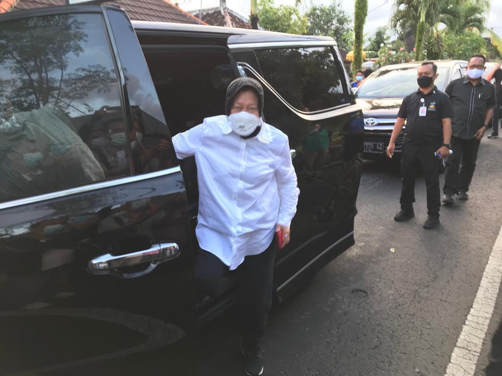 Mensos Risma serahkan bansos korban terdampak gempa di Bali