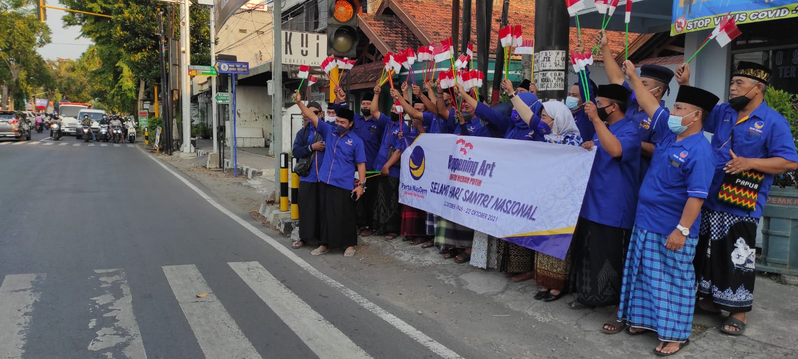 Peringati Hari Santri, Nasdem Kabupaten Kediri bagikan 700 bendera Merah Putih