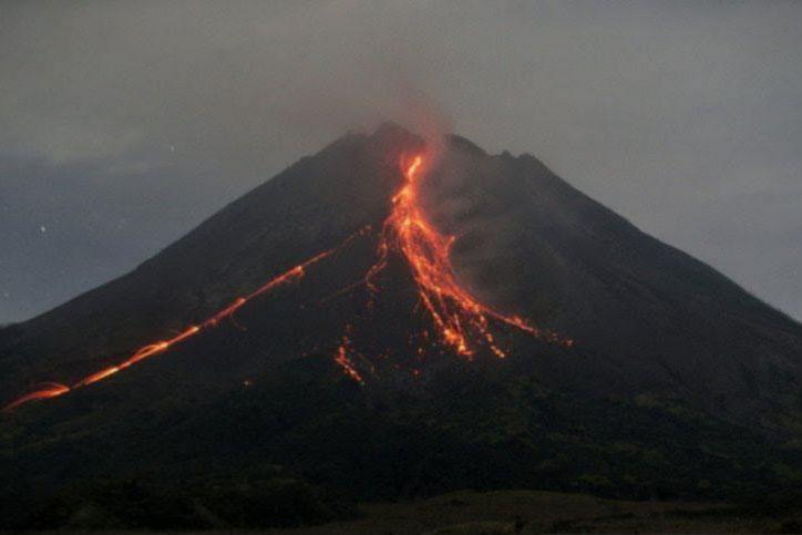 Gunung Merapi luncurkan guguran lava pijar sembilan kali hingga 1,8 km