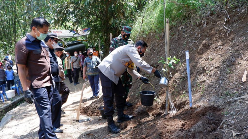 Program `Mageri Kuto`Polres Salatiga tanam 5.000 pohon