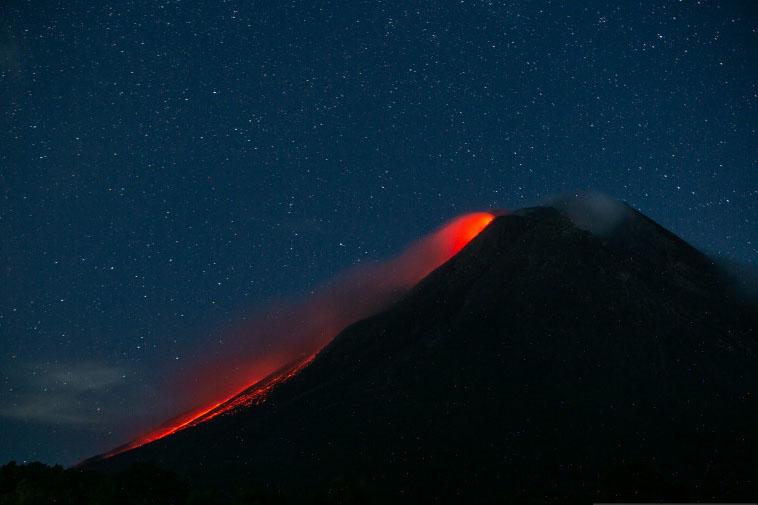 Gunung Merapi meluncurkan guguran lava pijar sejauh satu kilometer