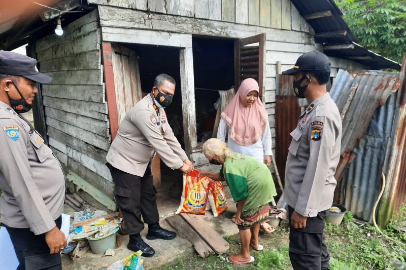 Polres Bangka Barat salurkan bantuan sembako kepada warga kurang mampu