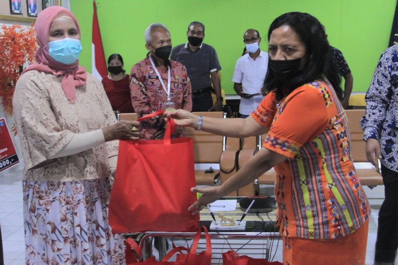 Kemenkumham NTT membagikan bantuan sembako kepada warga Kota Kupang