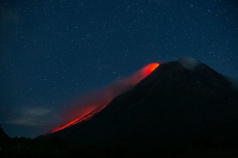 Gunung Merapi luncurkan guguran lava pijar lima kali sejauh 1,8 km
