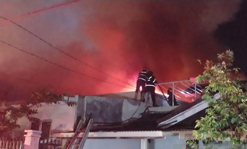 Kebakaran landa gudang berisi bahan kimia di Padang