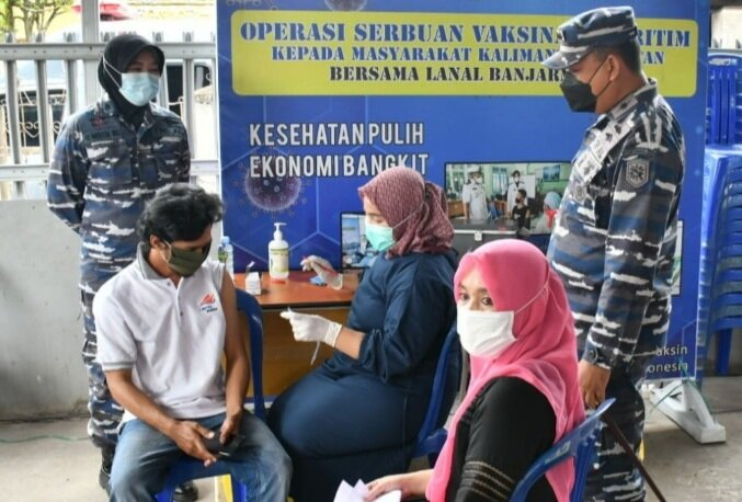 Warga pesisir Kuin Cerucuk jadi sasaran serbuan vaksinasi maritim Lanal Banjarmasin