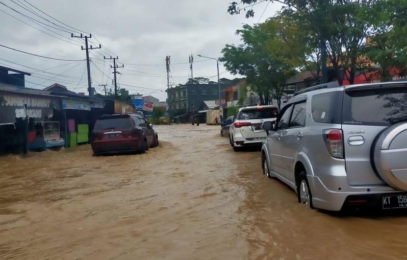 Banjir menggenangi ruas jalan dan rumah di Samarinda