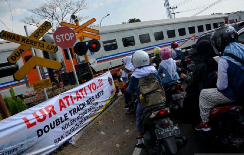 Petugas tangani perempuan tertabrak kereta api di Kediri