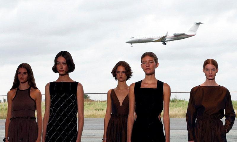 Hermes buat catwalk Paris Fashion Week di hanggar bandara