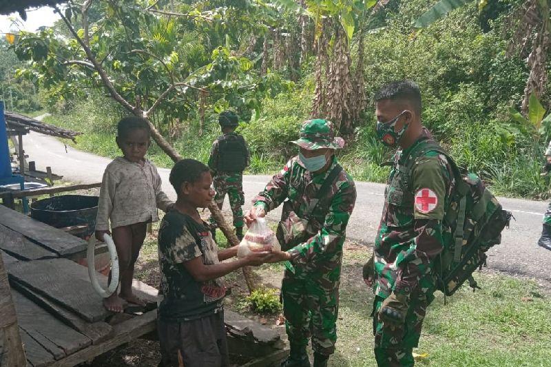 Satgas TNI bagikan sembako untuk warga di perbatasan RI-PNG