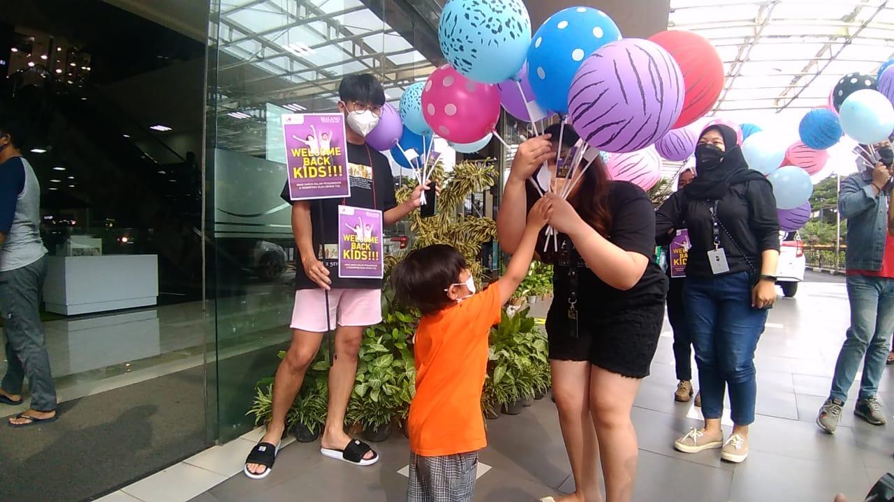 Orang tua dan pengelola mall antusias menyambut anak-anak masuk mall