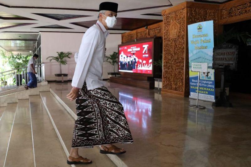 Gubernur dan ASN Jawa Tengah `ngantor` pakai sarung pada Hari Santri Nasional