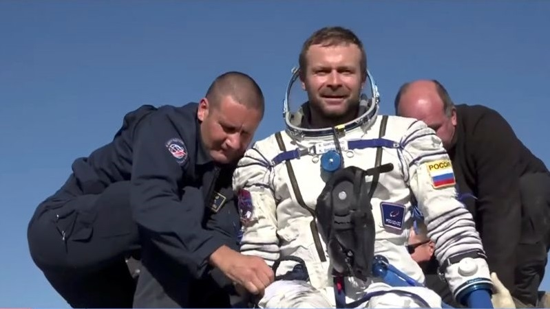 Kru film Rusia kembali ke bumi setelah syuting 12 hari di antariksa