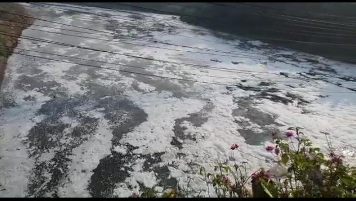 Akibat limbah di Kali Bekasi. penggunaan bahan kimia untuk produksi air bersih meningkat
