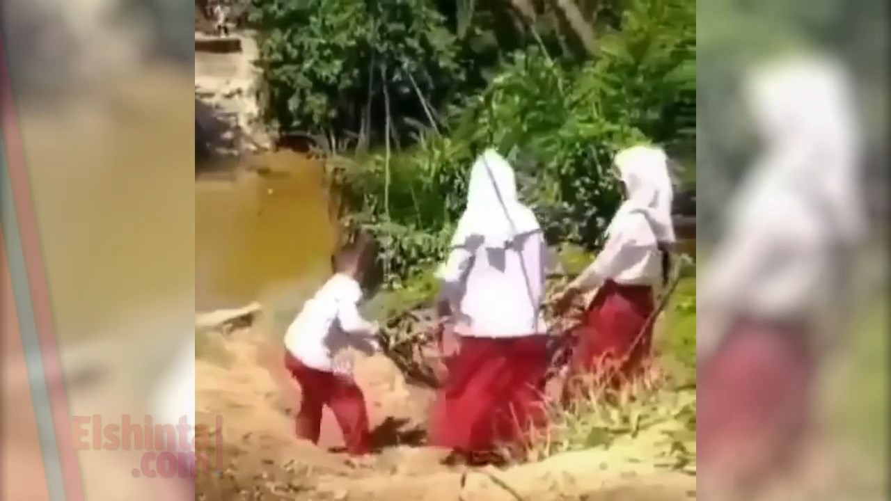 Viral anak-anak bergelantungan menyeberangi sungai